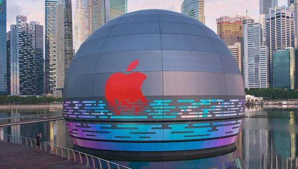 Así se verá la tercera tienda oficial de Apple en Singapur, ubicada en la exclusiva zona de Marina Bay Sand con una llamativa estructura esférica flotante. (Captura de pantalla)
