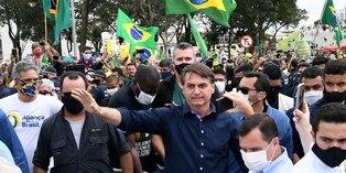 Coronavirus en Brasil: Bolsonaro ignora recomendaciones y se mezcla en multitudinaria manifestación