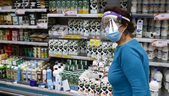 Un mujer camina dentro de un supermercado en Israel. (Foto: JACK GUEZ / AFP)