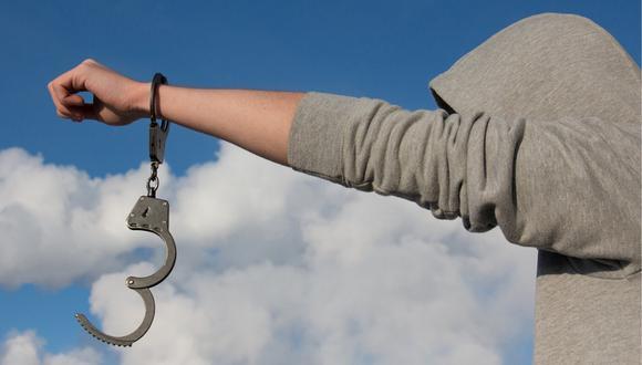 El comercializador de estupefacientes fue detenido después que el personal de seguridad del evento lo viera en una actitud sospechoso y fumando marihuana. (Foto: Pixabay/Referencial)