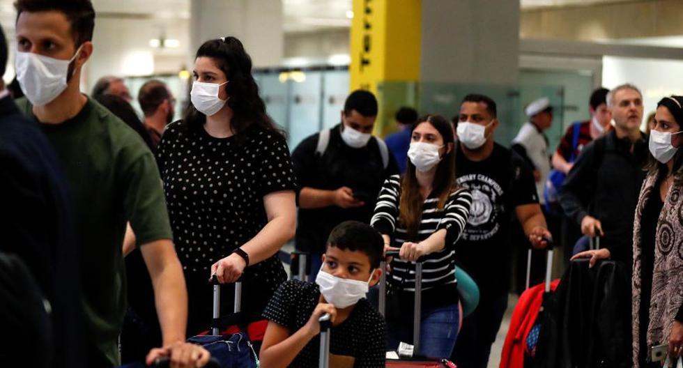 Personas usan máscaras como precaución contra la propagación del nuevo coronavirus en el Aeropuerto Internacional de Sao Paulo. (EFE).