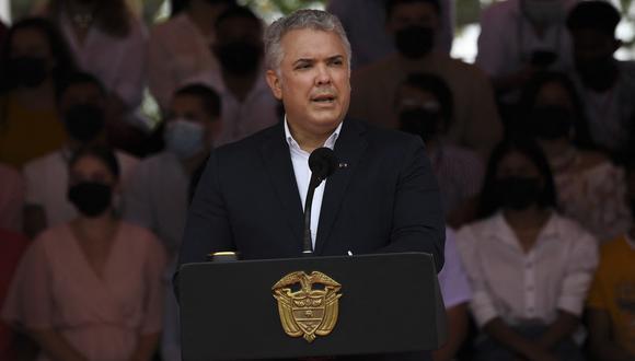 El presidente de Colombia, Iván Duque, pronuncia un discurso durante un desfile militar en conmemoración del día del Ejército de Colombia en Tolemaida al sureste de Bogotá, el 7 de agosto de 2021. (Foto de Juan BARRETO / AFP)