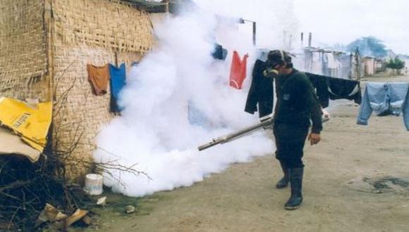 Fumigarán 50 mil casas tras alerta roja por brote del dengue