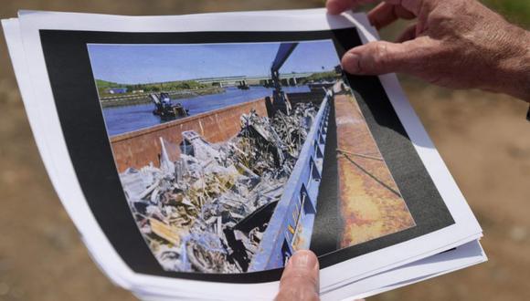 Dennis Diggins, ex primer subcomisionado del Departamento de Saneamiento de la ciudad de Nueva York, muestra imágenes de la remoción de escombros después de los ataques terroristas del 11 de septiembre en el World Trade Center en el vertedero Fresh Kills en el distrito de Staten Island de la ciudad de Nueva York. (Foto: Angela Weiss / AFP).