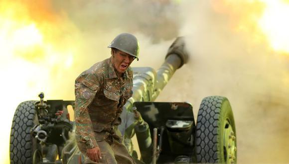 Un militar del Ejército de Defensa de Karabaj dispara una pieza de artillería hacia posiciones de Azerbaiyán durante los combates por la separatista región de Nagorno-Karabaj el 28 de setiembre de 2020. (Foto: AFP).