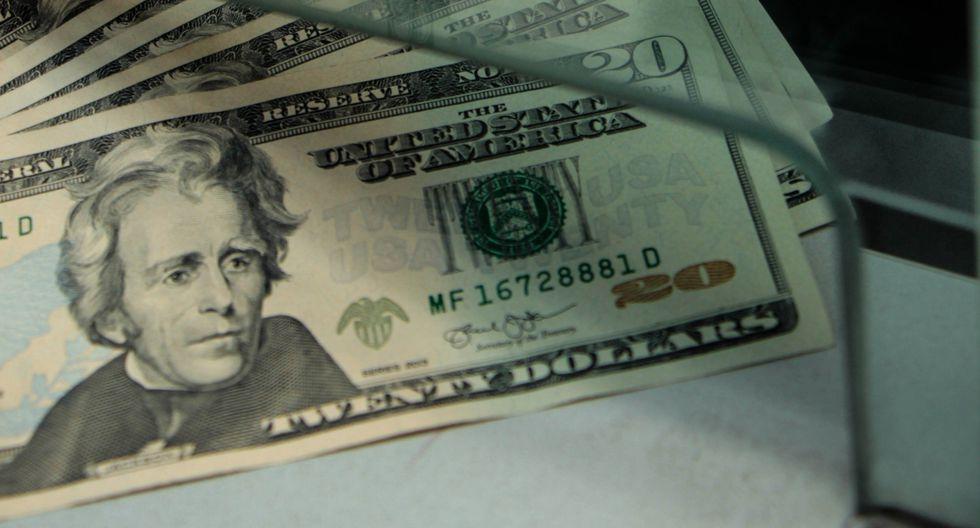 El dólar caía a media sesión en Argentina este martes. (Foto: GEC)