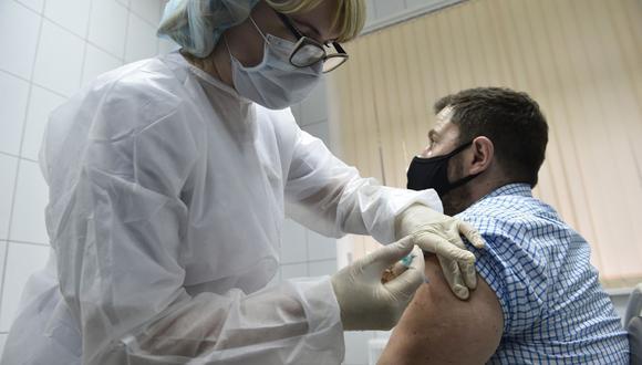 Una enfermera inocula al voluntario Ilya Dubrovin, de 36 años, con la nueva vacuna contra el coronavirus de Rusia en un ensayo posterior al registro en una clínica de Moscú el 10 de septiembre de 2020. (Foto referencial, Natalia KOLESNIKOVA / AFP).
