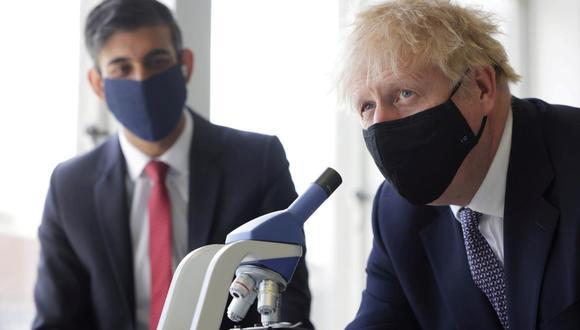 Boris Johnson y el jefe del Tesoro, Rishi Sunak, recibieron notificaciones del sistema de rastreo del país por haber estado en contacto con un caso confirmado del virus, según la oficina del mandatario. (Foto: Dan Kitwood / Reuters)