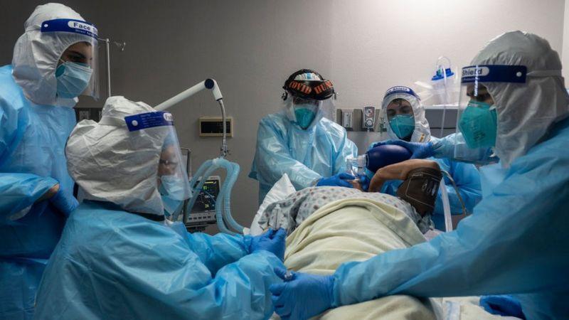 Las hospitalizaciones por coronavirus en muchos países han aumentado durante las últimas semanas. (GETTY IMAGES)