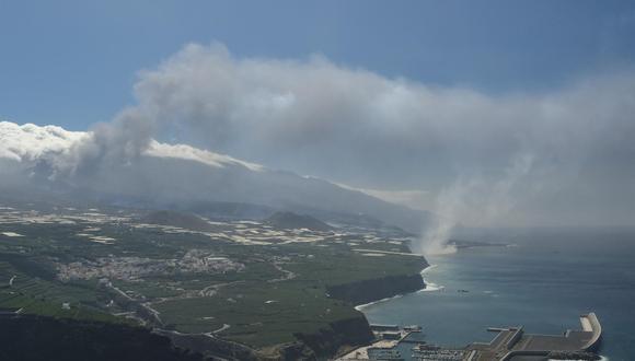 La colada del volcán de La Palma, que llegó al mar la pasada noche, ha formado un pequeño delta de lava. (EFE/Ángel Medina G.).