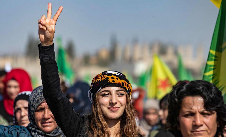 Una mujer kurda siria muestra el signo de la victoria durante una manifestación contra las amenazas turcas en la ciudad de Ras al-Ain, en la provincia siria de Hasakeh. (AFP / Delil SOULEIMAN).