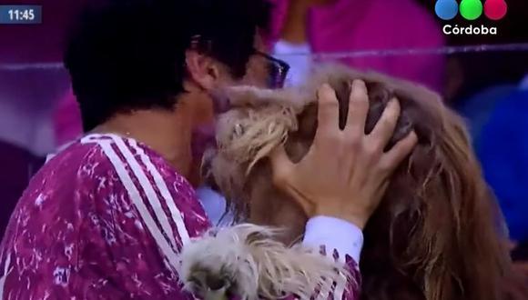 La escena que dio la vuelta al mundo del festejo de un hincha con su perro tras un gol de su equipo favorito | Foto: Captura de video / YouTube / Telefé