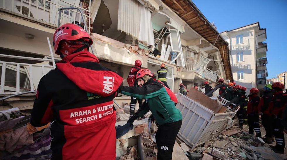 Rescatistas en busca de personas enterradas bajo los escombros de un edificio derrumbado, después de que un terremoto sacudió Elazig, este de Turquía. (Foto: AP).