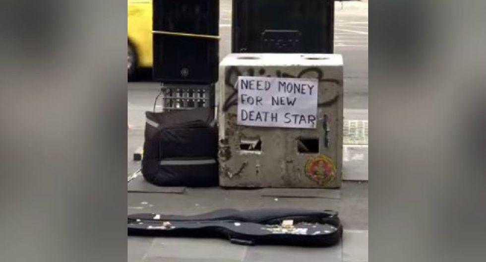 El protagonista del video viral puso un letrero que llamó la atención de todos. (YouTube: ViralHogr)