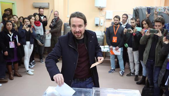 El líder de Unidas Podemos Pablo Iglesias deposita su voto en la localidad madrileña de Galapagar. (EFE/Ángel Díaz).