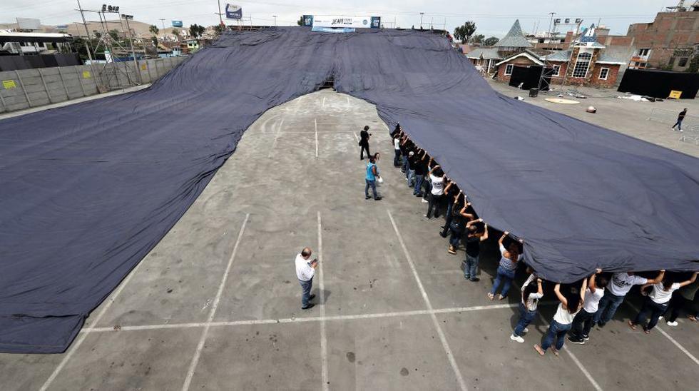 Los bolsillos del jean más grande del mundo tienen 10 metros de ancho. Se necesitaron 30 personas para estirarlos correctamente.