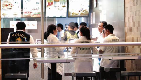 Tres sicarios mataron la noche del jueves a Isaac Hilario, que estaba junto a tres mujeres en el local de McDonald's. (Hugo Pérez)