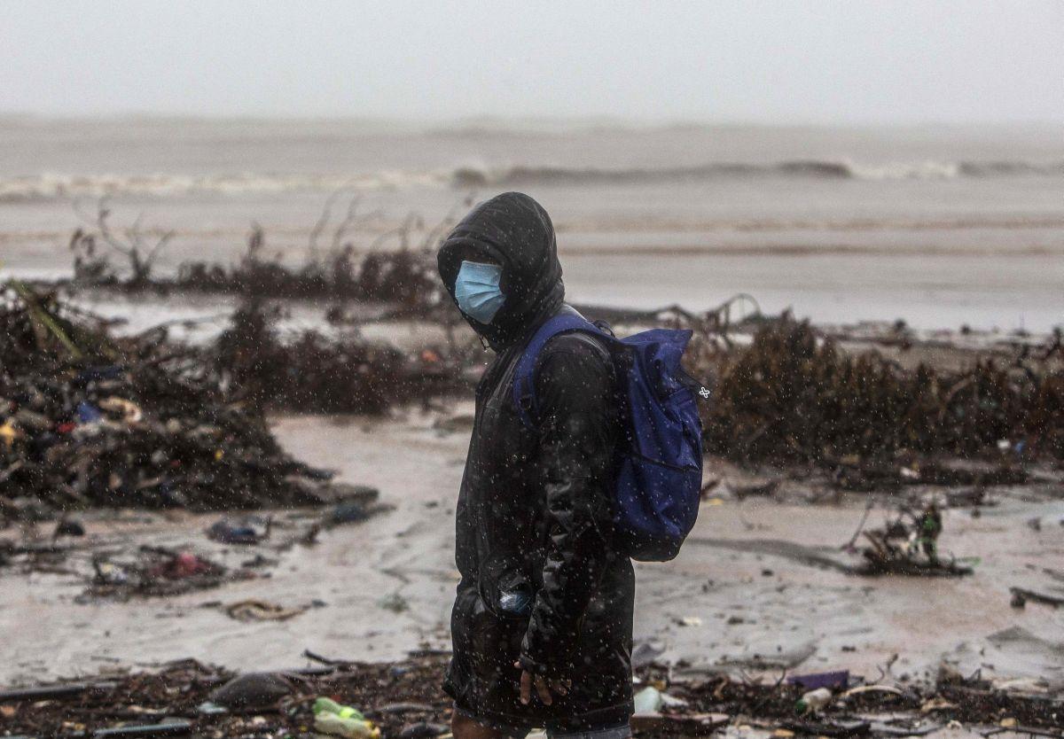 Un hombre camina en la playa en el barrio El Muelle en Bilwi, Puerto Cabezas. (Foto de STR / AFP).