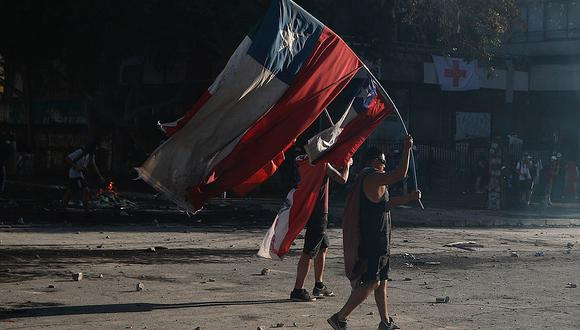 Personas protestan en la Plaza Italia, en la capital de Chile. (Foto: EFE).
