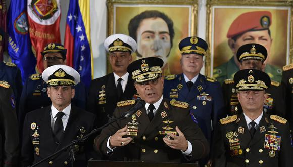 Vladimir Padrino López (al centro), ministro de Defensa de Venezuela en una imagen del 24 de enero del 2019. (Photo by Luis ROBAYO / AFP).