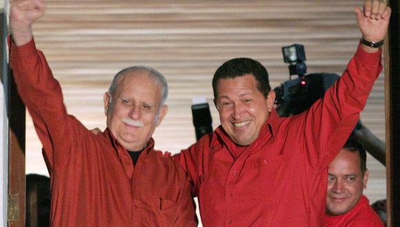 El presidente venezolano Hugo Chávez y el vicepresidente José Vicente Rangel saludan a los simpatizantes desde el Palacio de Miraflores en Caracas, el 16 de agosto de 2004. (REUTERS / José Miguel Gómez).