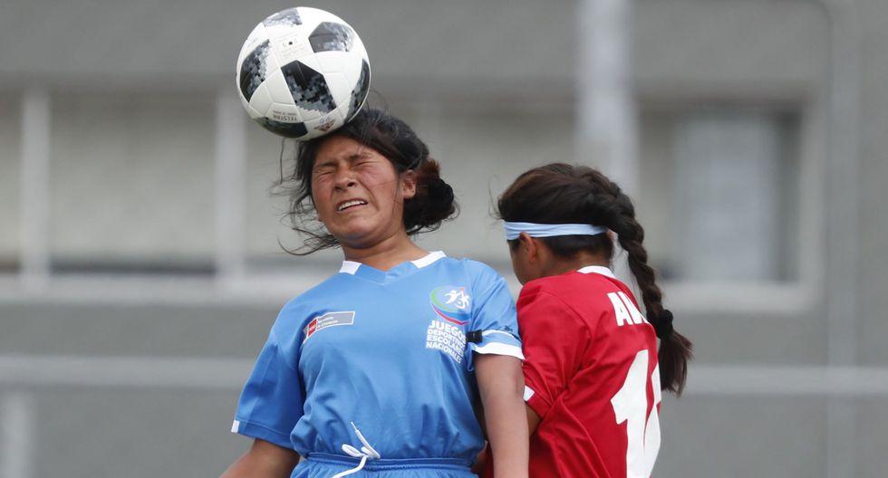 Niñas de pueblos originarios muestran sus mejores dotes para el fútbol | Foto: Carlos Lezama/Agencia Andina