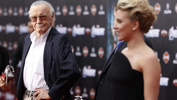 """Stan Lee posa junto a la integrante del reparto de """"Los Vengadores"""", Scarlett Johansson, en el estreno mundial de la película. 2012. (Foto:Agencias)"""