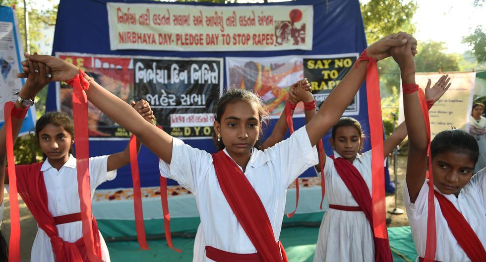 Los estudiantes sostienen pancartas durante el 'Día de Nirbhaya' para conmemorar el aniversario del brutal caso de violación de la joven estudiante de fisioterapia en un autobús en Nueva Delhi en el 2012. (Foto: AFP)