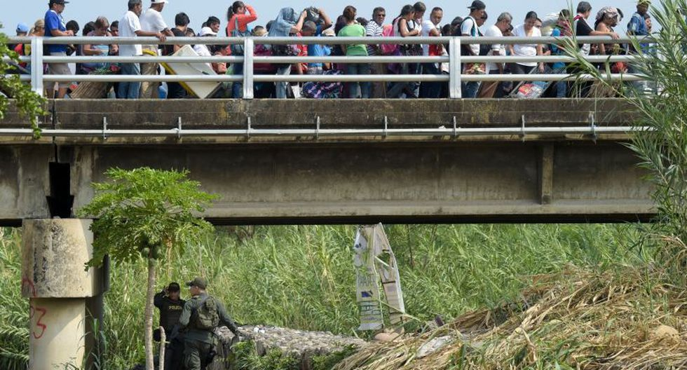 Según las autoridades de Colombia, son en promedio 35.000 personas las que cruzan cada día la frontera, algunas para abandonar definitivamente Venezuela y otras para conseguir productos de primera necesidad. (Foto: AFP)