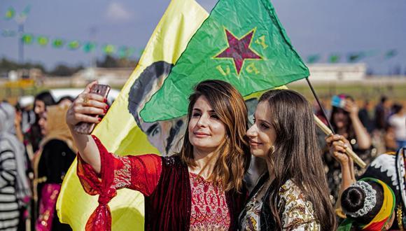 Las mujeres kurdas sirias participan en la celebración del Día Internacional de la Mujer en la ciudad de Qamishli, en el noreste de Siria, el 6 de marzo de 2021. (Foto de Delil SOULEIMAN / AFP).