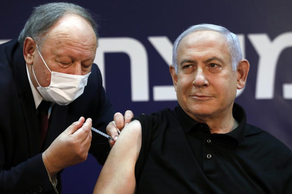 """""""Una pequeña inyección para un hombre, y un paso importante para la salud de todos"""", sostuvo el primer ministro israelí Netanyahu el pasado 19 de diciembre, luego de ser inoculado en el hospital Sheba, cerca de Tel Aviv. Con este acto comenzó el gran proceso de vacunación en Israel, que ya ha inmunizado al 40% de la población. Los primeros fueron los trabajadores de salud y los ancianos de las residencias geriátricas. (EFE/EPA/AMIR COHEN / POOL)."""