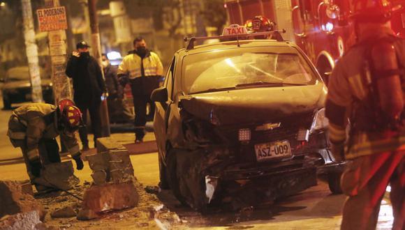 Taxi se despista y choca contra muro de concreto, en San Juan de Miraflores. Foto: César Grados /@photo.gec