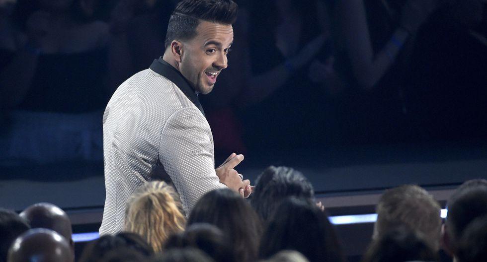 """Luis Fonsi recibiendo el Billboard a Top canción hot 100 por """"Despacito"""". (Foto:"""