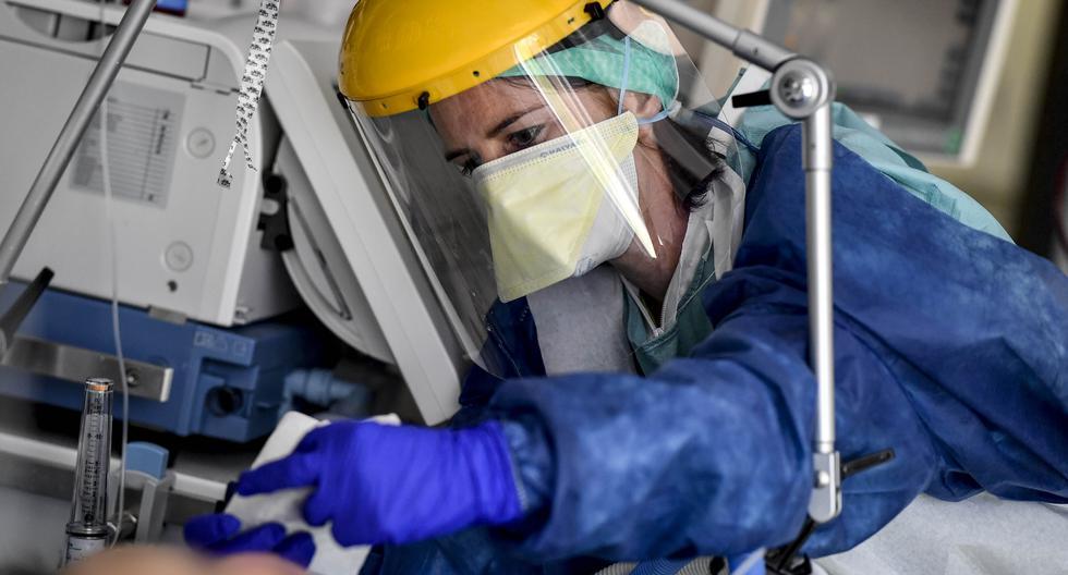 Una enfermera atiende a un paciente de COVID-19 en un hospital de Bélgica. (Foto: Minsa / AFP)