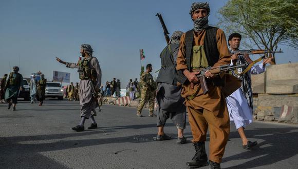 El personal de seguridad afgano y la milicia afgana que luchan contra los talibanes montan guardia en el distrito de Enjil de la provincia de Herat el 30 de julio de 2021 (Foto de Hoshang Hashimi / AFP).