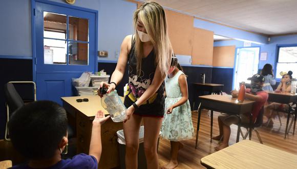 El lunes, miles de alumnos de Miami-Dade, condado que es el epicentro del coronavirus en Florida, retornaron a las aulas para recibir clases presenciales tras casi siete meses cerradas por la COVID-19. (Foto: Frederic J. BROWN / AFP)