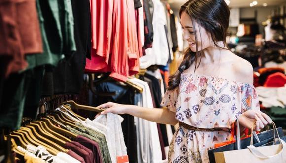 Solo se usa entre el 20 y el 30 por ciento de la ropa que se tiene, por eso la tendencia debe ser comprar menos. (Foto: Freepik)