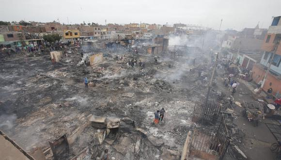 Fueron necesarias 25 unidades de bomberos para controlar el fuego. No hubo víctimas mortales. (Foto: Francisco Neyra)