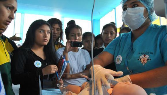 Ciencia y salud en feria vocacional para escolares