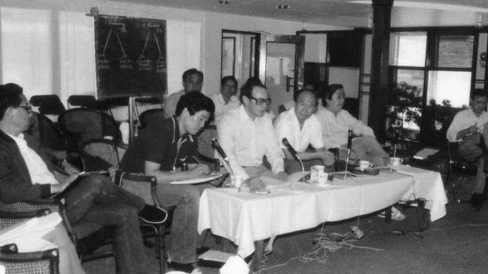 János Kornai fue ponente en la conferencia del crucero de Bashan en China en 1985, donde explicó a los economistas chinos su experiencia en un sistema económico que pasó del socialismo al capitalismo. ( Foto: JÁNOS KORNAI, vía BBC Mundo).