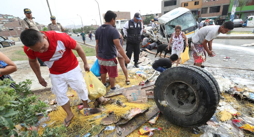 Vecinos no respetaron la muerte de un menor y su padre y saquearon los productos de camión accidentado. (Foto: Roly Reyna)