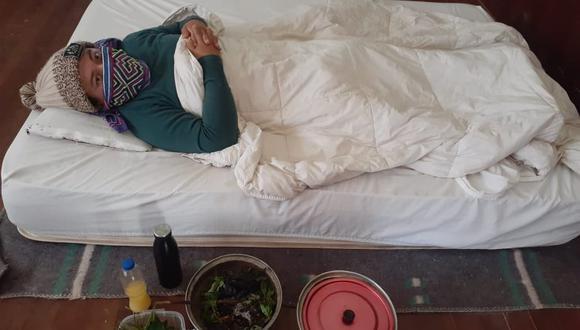 Rawa Muñoz tiene fiebres altas y complicaciones para respirar. Su familia solo puede suministrarle preparados con plantas medicinales.