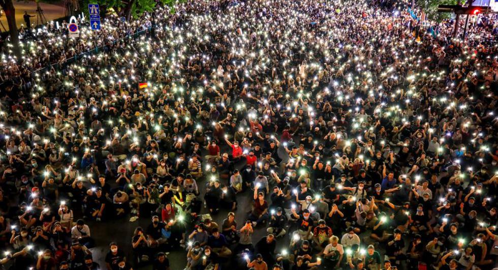 Manifestantes a favor de la democracia sostienen sus teléfonos durante una manifestación contra el estado de emergencia en el distrito comercial de Ratchaprasong en Bangkok, Tailandia. (Foto: EFE/Diego Azubel).