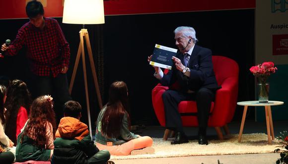"""La tarde del domingo, Mario Vargas Llosa leyó su cuento """"Fonchito y la luna"""" a decenas de niños en la FIL Lima 2019. Foto: Alessandro Currarino/ El Comercio."""