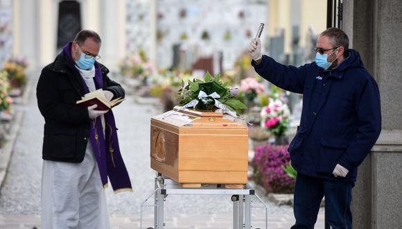 Un sacerdote da la última bendición durante un funeral en el cementerio de Bolgare, Lombardía, el epicentro del coronavirus en Italia. (AFP / Piero CRUCIATTI).