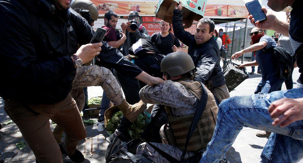 Un militar es golpeado por manifestantes en una protesta en Valparaíso, Chile. (REUTERS/Rodrigo Garrido).
