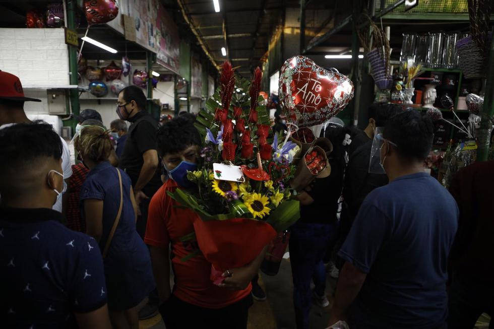 Cientos de personas se congregaron en el Mercado de Flores, ubicado en el distrito del Rímac, para realizar compras relacionadas con las celebraciones de este domingo por el día de San Valentín, la cual coincide con la vigencia del estado de emergencia nacional instaurado por el avance del coronavirus. (Joel Alonzo/ @photo.gec)