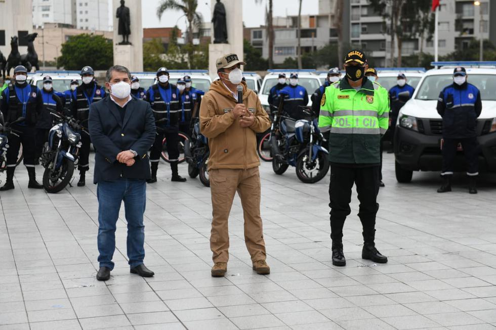 El ministro del Interior, Gastón Rodríguez, entregó esta mañana una flota de nuevos vehículos y modernos equipos de comunicación para mejorar el servicio de patrullaje y fortalecer la seguridad ciudadana en el distrito de Jesús María. (Foto:Mininter)
