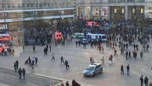 La policía tuvo que intervenir en la pelea masiva organizada en pleno centro de la ciudad alemana de Berlín. (Getty Images vía BBC)