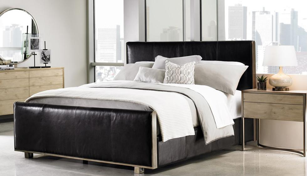Cama de cuero negro y ropa de cama en tonos grises. (Foto: Casa Viva Home)